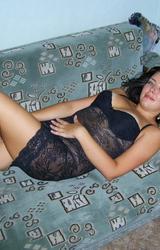 Enyhén részeg feleség meztelen pózolása