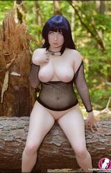 Nagymellű cosplay tini
