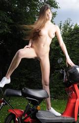 Amatőr tini a szabadban meztelenkedik egy motoron