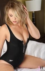 Szőke fiatal tini és a fekete erotikus ruha