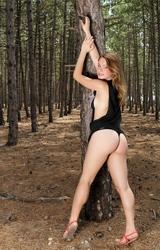 Szexi fiatal tini az erdőben mutogatja punciját