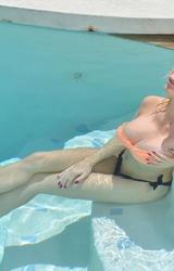 Nagymellű leszbi csajok a medence partján