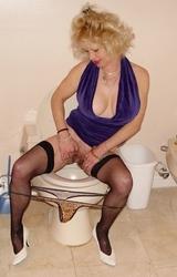 Anyuka szőrös puncival pisil a wcbe