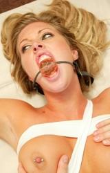 Perverz anyuka kötözve szereti a szexet