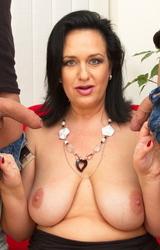 Duci anyuka két faszival szexelt