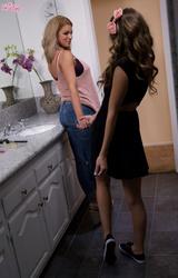 Két barátnő kinyalja egymást