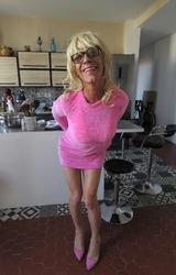 Szőke travi a konyhában mutogatja a bugyiját - 7/55 kép