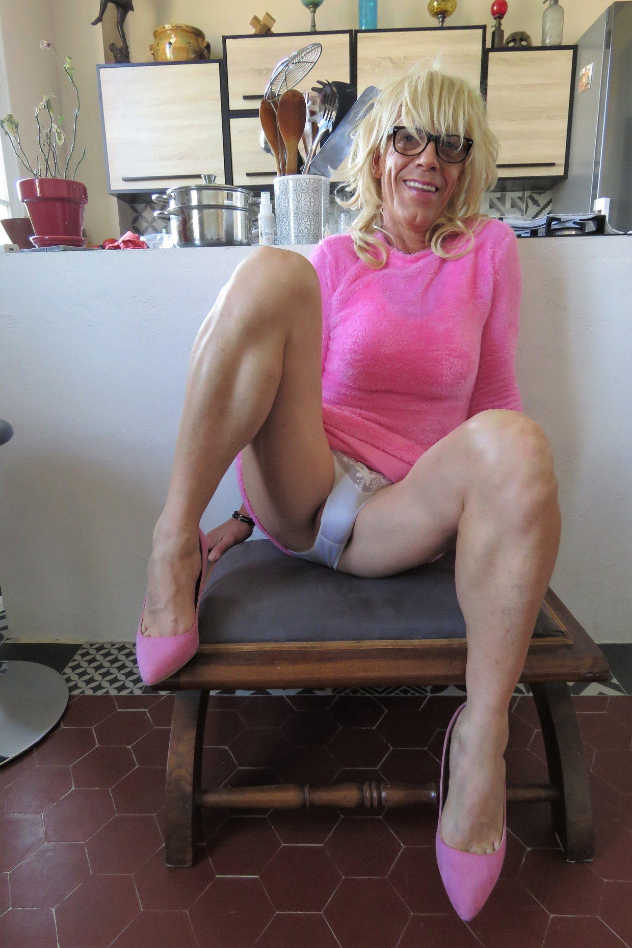 Szőke travi a konyhában mutogatja a bugyiját - 46/55 kép
