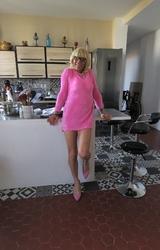 Szőke travi a konyhában mutogatja a bugyiját - 13/55 kép