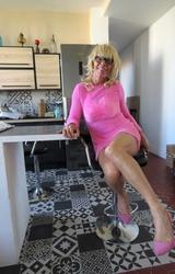 Szőke travi a konyhában mutogatja a bugyiját - 51/55 kép