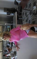 Szőke travi a konyhában mutogatja a bugyiját - 11/55 kép