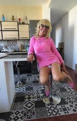 Szőke travi a konyhában mutogatja a bugyiját - 54/55 kép