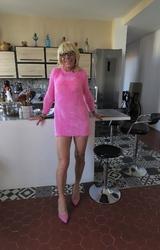 Szőke travi a konyhában mutogatja a bugyiját - 6/55 kép