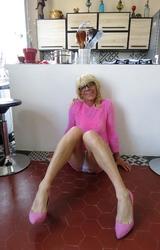 Szőke travi a konyhában mutogatja a bugyiját - 20/55 kép