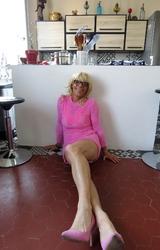 Szőke travi a konyhában mutogatja a bugyiját - 22/55 kép