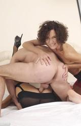 Roma anyuka barátnőjével és a nagy farkú sráccal szexel - 72/103 kép