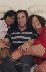 Roma anyuka barátnőjével és a nagy farkú sráccal szexel - 6/103 kép