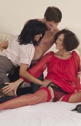 Roma anyuka barátnőjével és a nagy farkú sráccal szexel - 16/103 kép