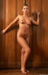 Lépcsőn pózolt meztelenül a barna hajú tini