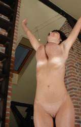 Tini nagy mellekkel meztelenül