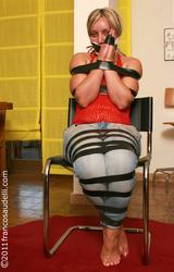 Francia anyuka megkötözve félmeztelenre vetkőztetve