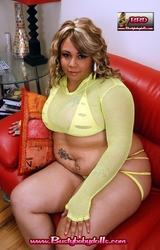 Duci nagy mellű nő meztelenül