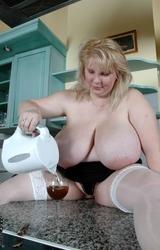 Duci anyuka szereti mutogatni meztelen testét