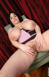 Laura meztelenre vetkőzik
