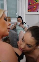 Három leszbikus anyuka egymást nyalja ki