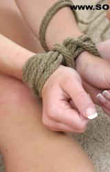 Fiatal tini szereti a fájdalmat és a kötözést