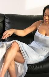 Alexa szexi nagy cicis roma anya leveszi szürke ruháját - 2/115 kép