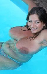 Kövér nagymellű lány a medencében