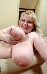 Molett nagy mellű anyuka meztelenül