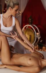 Szexi leszbi anyukák szexelnek egymással