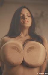 Laura hatalmas mellei