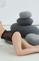 Kamilla makulátlan meztelen teste