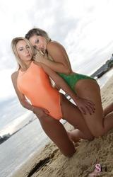 Két dögös csajszi úszóruhában