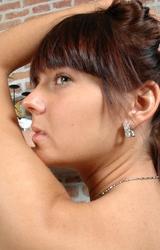 Gabriella meztelenre vetkőzik és nagy melleit mutogatja