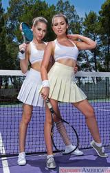 Két fiatal tini akik szeretnek teniszezni