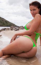 Jessika a tengerparton pózol falatnyi bikiniben