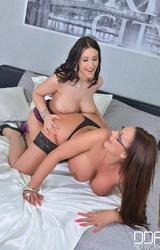 Két molett duci leszbikus barátnő egymással maszturbál