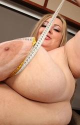 Duci anyuka kövér teste meztelenre vetkőzve