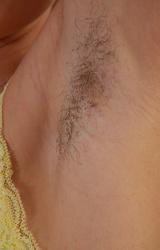 Iskolás lány szereti a szőrt