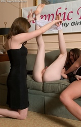 Fiatal leszbikus tinik kinyalják egymás punciját