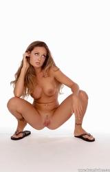 Fiatal tini meztelenre vetkőzik - fotók