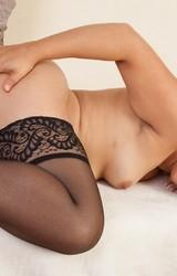 Szexi fekete harisnyás szőrös puncis roma csaj maszturbál - 102/125 kép