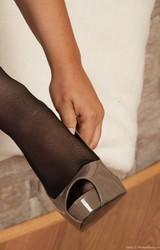 Szexi fekete harisnyás szőrös puncis roma csaj maszturbál - 5/125 kép