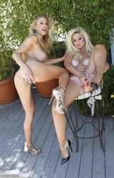 Nagymellű szőke leszbikus csajok szexelnek