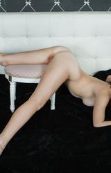 Hotelben mutogatja meztelen testét a tini