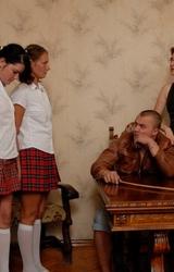 Bentlakásos iskolában a kemény tanár megbünteti a diákokat